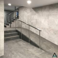 Proyecto de reforma e interiorismo en un vestíbulo de un edificio en Barcelona por Estudi Aura: Pasillos y vestíbulos de estilo  de Estudi Aura, decoradores y diseñadores de interiores en Barcelona,
