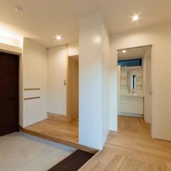 ミカンの木の育つ二世帯住宅: 設計事務所アーキプレイスが手掛けた廊下 & 玄関です。