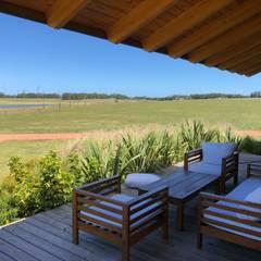 Proyecto Laguna de los Cisnes en Uruguay Balcones y terrazas rústicos de Patagonia Log Homes - Arquitectos - Neuquén Rústico