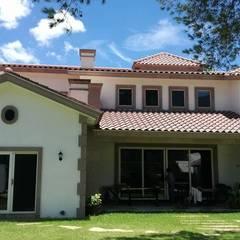 Casas unifamiliares de estilo  por Planos y Servicios de Arquitectura