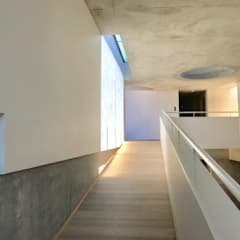 The Changeling:  Corridor & hallway by PWM Architects,
