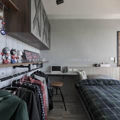 Dormitorios de estilo  por 澄月室內設計