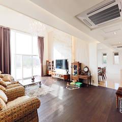 아름다운 곡선 디자인이 특징인 지중해풍 고급 주택 (전라남도 순천시): 더존하우징의  거실