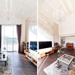 아름다운 곡선 디자인이 특징인 지중해풍 고급 주택 (전라남도 순천시): 더존하우징의  거실,지중해