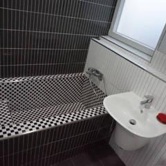 3층 욕실: 건축그룹 [tam]의  욕실