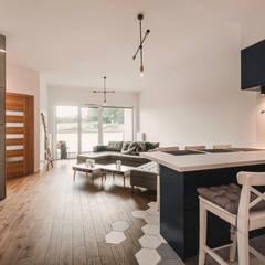 Projekt w stylu skanynawskim z industrialnym połączeniem: styl , w kategorii Salon zaprojektowany przez Karolina Czech Pracownia Architektury i Wnętrz
