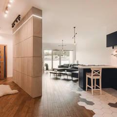 Projekt w stylu skanynawskim z industrialnym połączeniem: styl , w kategorii Korytarz, przedpokój zaprojektowany przez Karolina Czech Pracownia Architektury i Wnętrz