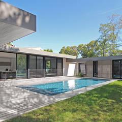Villa à patio - vue jardin: Maison individuelle de style  par Atelier SCENARIO