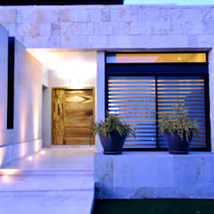 Wooden doors by CREA arquitectos,