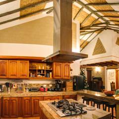 casa La Redonda: Cocinas de estilo  por cesar sierra daza Arquitecto