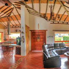 casa La Redonda: Salas de estilo  por cesar sierra daza Arquitecto, Rústico Madera maciza Multicolor