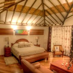 Casa Las Lomitas: Habitaciones pequeñas de estilo  por cesar sierra daza Arquitecto,