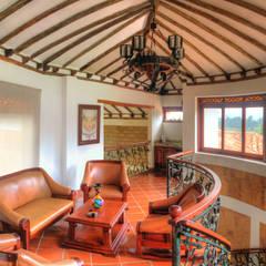Sala alcoba principal: Pasillos y vestíbulos de estilo  por cesar sierra daza Arquitecto