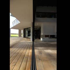 Villa d'exception à casquettes béton: Fenêtres de style  par Atelier SCENARIO,