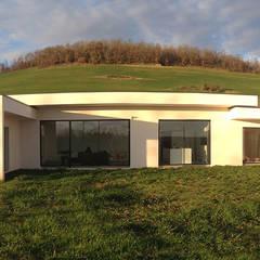 Maison contemporaine à toit terrasse végétalisé: Maison individuelle de style  par Atelier SCENARIO