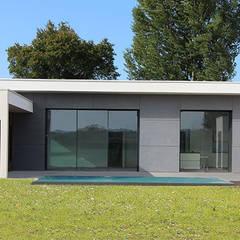 Maison contemporaine mix de matériaux - façade sud avec piscine à débordement: Maison individuelle de style  par Atelier SCENARIO