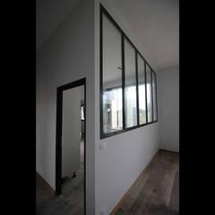 Maison contemporaine mix de matériaux: Fenêtres de style  par Atelier SCENARIO,