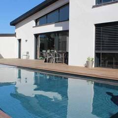 Maison contemporaine à toit zinc - Vue façade Sud et piscine: Maison individuelle de style  par Atelier SCENARIO