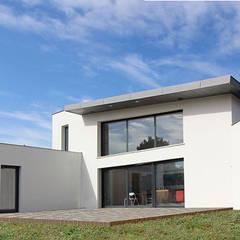 Maison contemporaine toit terrasse et zinc: Maison individuelle de style  par Atelier SCENARIO