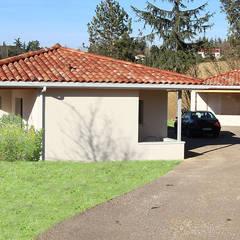 Maison contemporaine à patio d'entrée - Façade d'arrivée: Maison individuelle de style  par Atelier SCENARIO