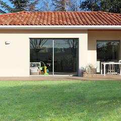 Maison contemporaine à patio d'entrée - Façade Sud: Maison individuelle de style  par Atelier SCENARIO