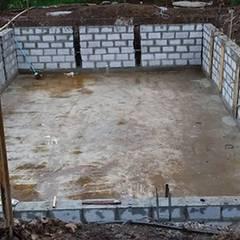 Construção piscina com prainha: Piscinas de jardim  por AGM Construções e Reformas