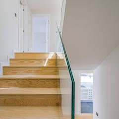 Moradia de luxo em condomínio - Cascais: Escadas  por ImofoCCo - Fotografia Imobiliária,