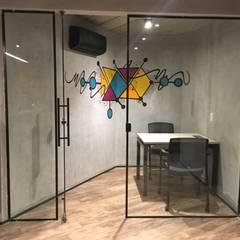 Escritório Corporativo no Brooklin, São Paulo: Espaços comerciais  por Liliana Zenaro Interiores
