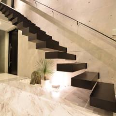 海が見えるモノトーンな家: 有限会社 秀林組が手掛けた階段です。