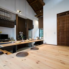 ビフォーアフターで放送された和モダンリノベーション/重くて遠い家: 森村厚建築設計事務所が手掛けたリビングです。,和風 木 木目調