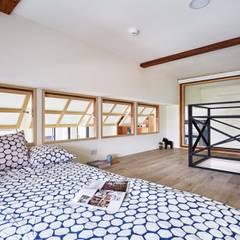 Ventanas de madera de estilo  por 弘悅國際室內裝修有限公司