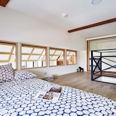 Wooden windows by 弘悅國際室內裝修有限公司