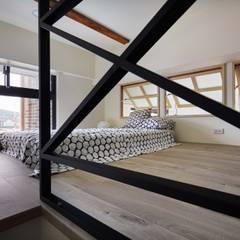 Small bedroom by 弘悅國際室內裝修有限公司
