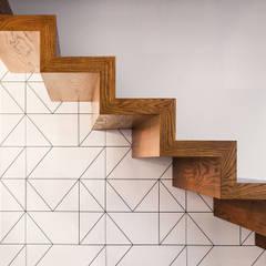 salon z kominkiem: styl , w kategorii Schody zaprojektowany przez Pracownia Zew