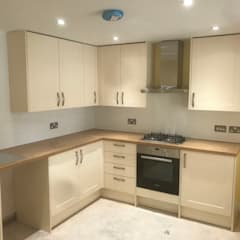 Converting an Commercial property into amazing 1 bedroom flat.:  Small kitchens by HD Construction