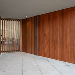 Front doors by PAULO MARTINS ARQ&DESIGN,