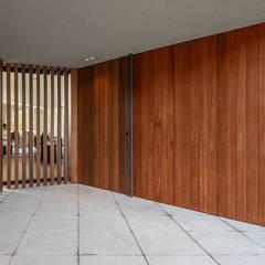 Входные двери в . Автор – PAULO MARTINS ARQ&DESIGN,