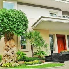 Casetas de jardín de estilo  por Tukang Taman Surabaya - flamboyanasri