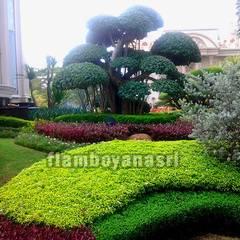 Jardines de piedra de estilo  por Tukang Taman Surabaya - flamboyanasri