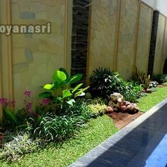 Jardines de piedra de estilo  por Tukang Taman Surabaya - flamboyanasri, Clásico