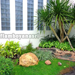 Jardins de fachada  por Tukang Taman Surabaya - flamboyanasri