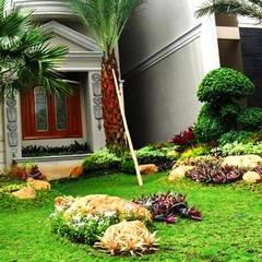 Jardines frontales de estilo  por Tukang Taman Surabaya - flamboyanasri