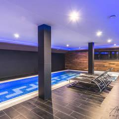 Realizacja salonu w domu jednorodzinnym w Rudzie Śląskiej: styl , w kategorii Basen zaprojektowany przez Archi group Adam Kuropatwa,