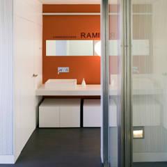 OFICINA CONSTRUCTORA: Estudios y despachos de estilo  de LLOBET interiors