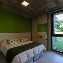 CASA CÁNDIDA : Dormitorios pequeños de estilo  por KARLEN + CLEMENTE ARQUITECTOS,Moderno Hormigón