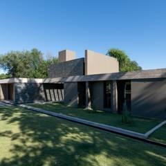 CASA CÁNDIDA : Casas de campo de estilo  por KARLEN + CLEMENTE ARQUITECTOS