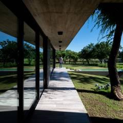 CASA CÁNDIDA : Jardines en la fachada de estilo  por KARLEN + CLEMENTE ARQUITECTOS,Moderno Hormigón