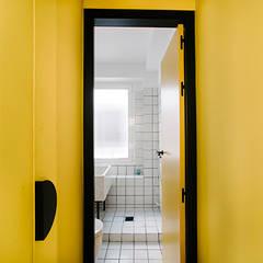 Reforma baños y pasillo zona Chamberi, Madrid: Baños de estilo  de nimú equipo de diseño