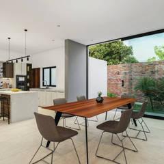 CASA CORAL: Muebles de cocinas de estilo  por ARDI ARQUITECTURA , Moderno Mármol