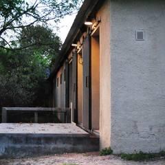 Las Casitas / Caballerizas en Lujan: Casas de campo de estilo  por BARRO arquitectos,Rural